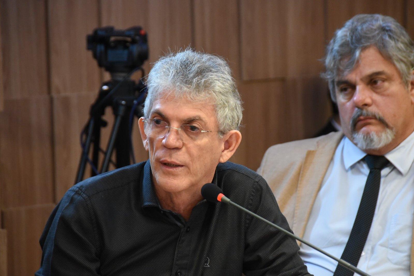 Com medo de sair às ruas, Ricardo Coutinho estaria morando em Recife e não viaja mais de avião