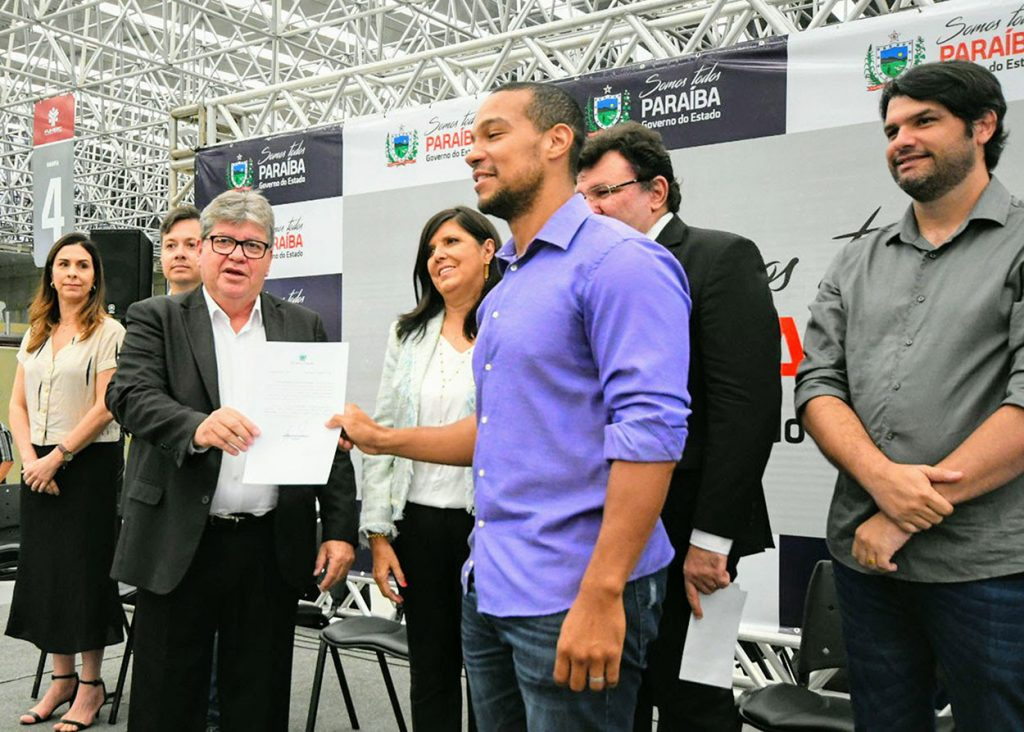 João Azevêdo empossa 1.000 professores e autoriza estudo para novo concurso em 2020
